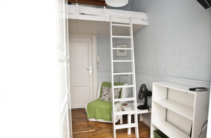 <p>Small cosy furnished duplex studio with mezzanine close to EU area</p>