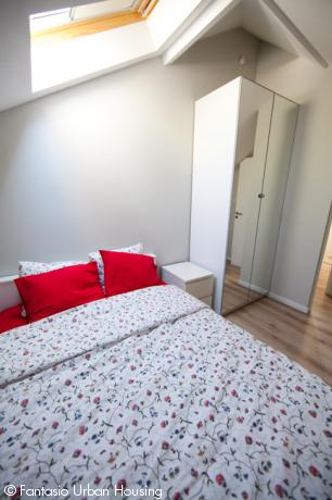 <p>Spacious 2 bedroom furnished appartement with high cealings and large South wooden terrace and view on the EU Parliamant</p>